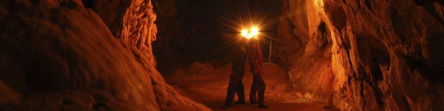 Jeskyně osvětlená čelovkami speleologů